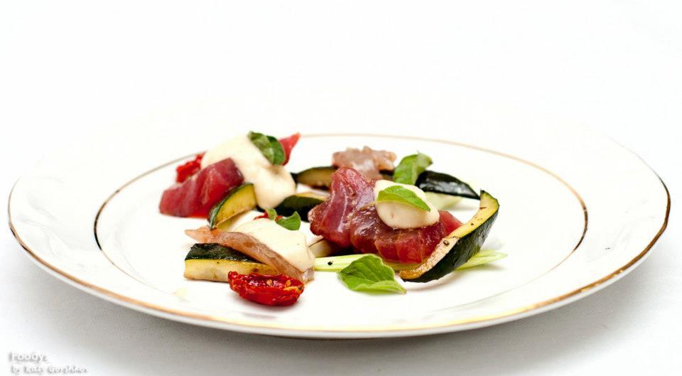 Сашими из макрели и тунца на белом креме из баклажанов