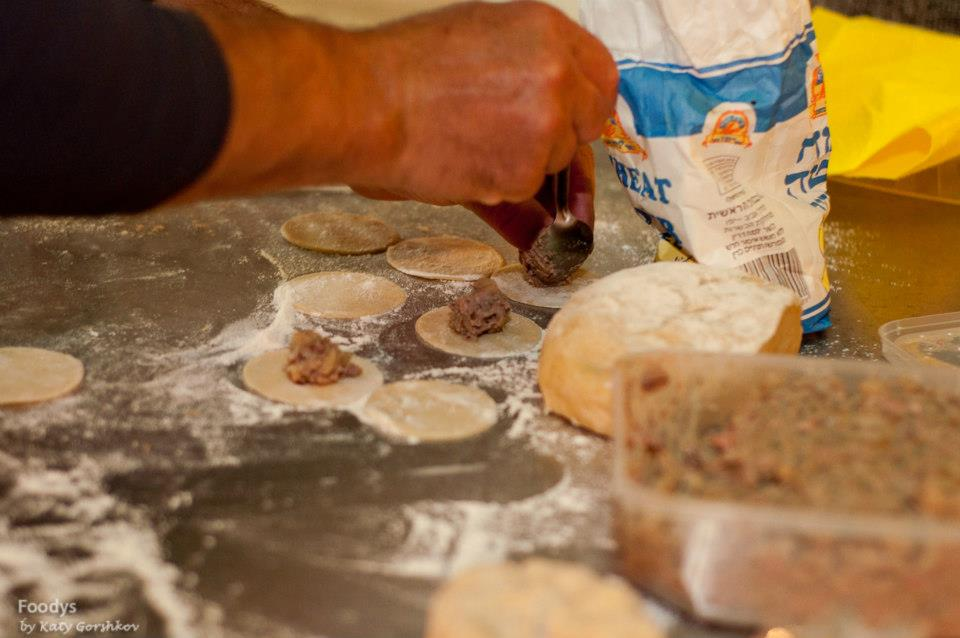 Наполняем равиоли с печенью