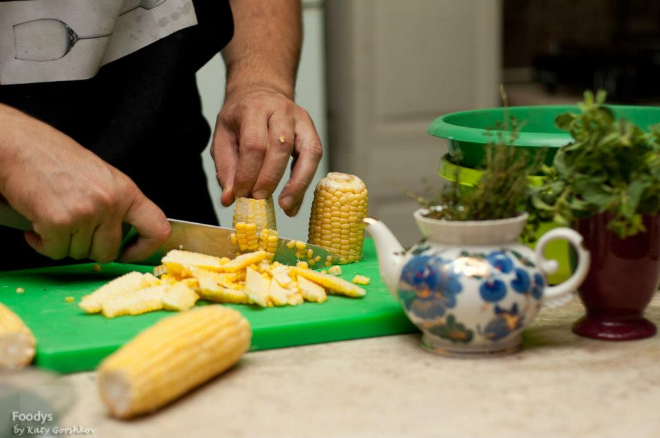 Режем кукурузу для поленты