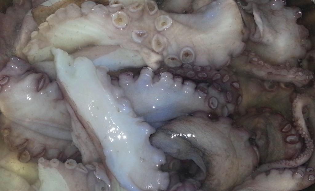 Осьминог замоченный в воде с уксусом