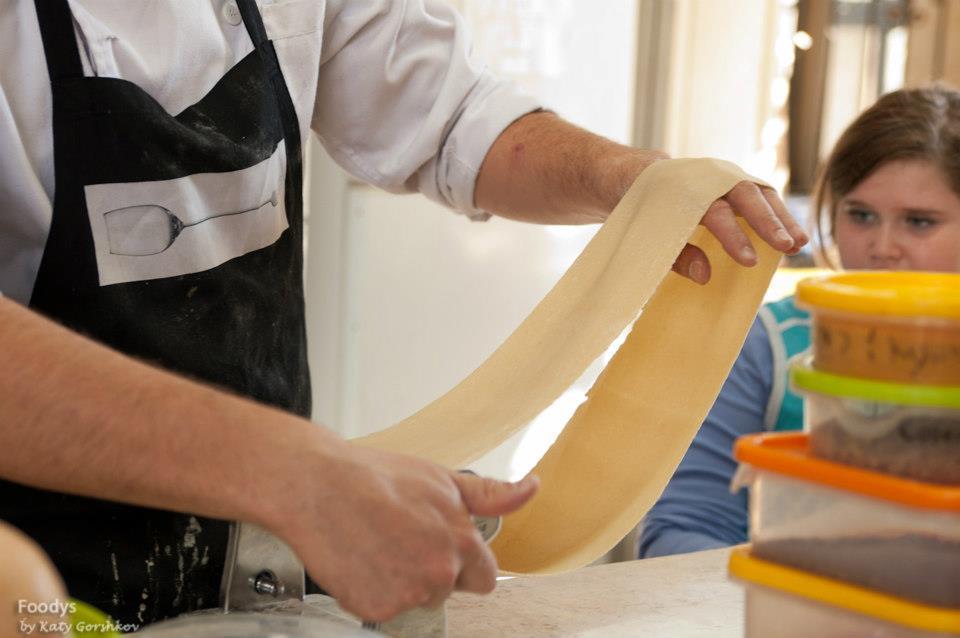 Раскатываем тесто для креплах на машинке