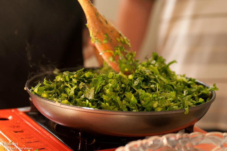 Хорешт сабзи - обжариваем зелень