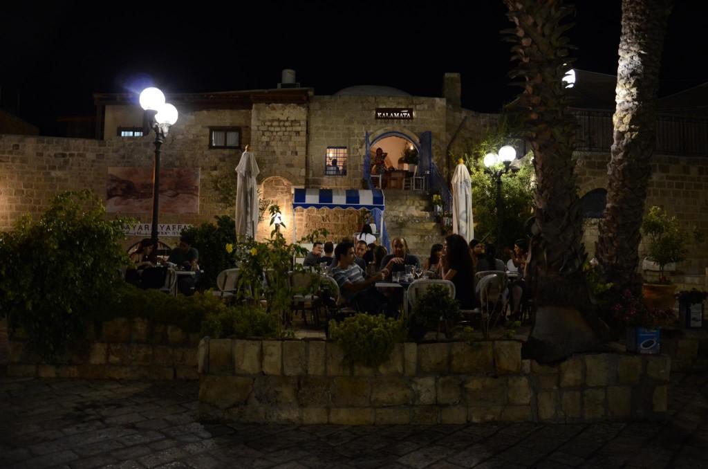 Каламата на улице - прекрасный вечер в Яффо
