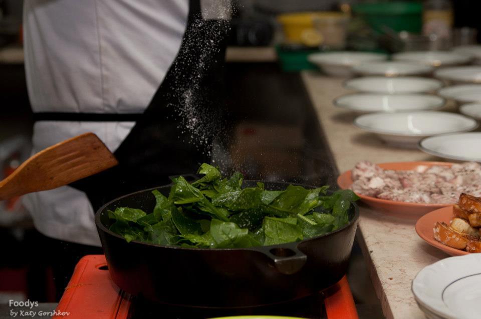 Обжариваем шпинат на сливочном масле