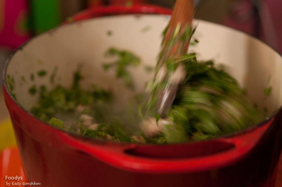 А вслед за мясом, через несколько минут, и зелень.