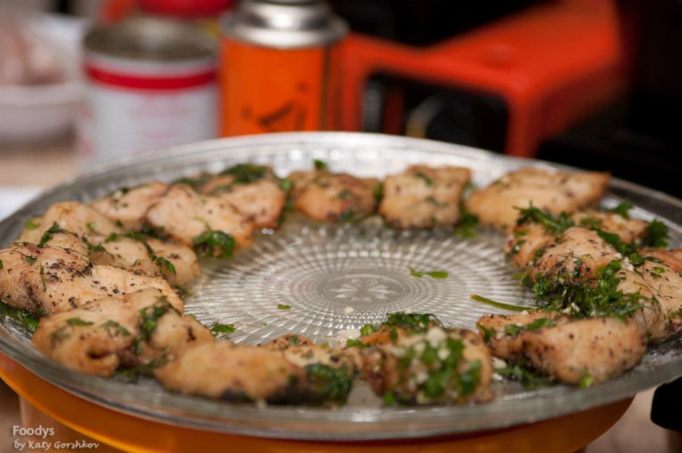 После обжарки окунаем в бульон с зеленью и выкладываем на блюдо