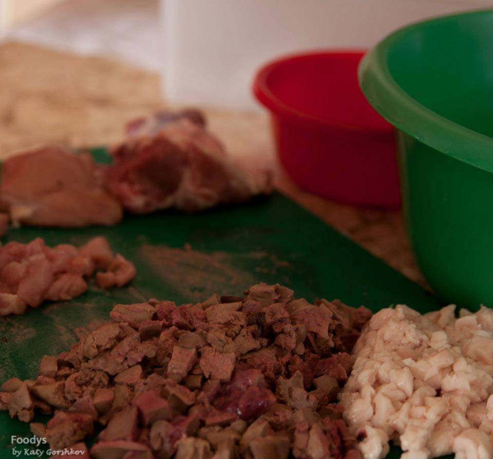 Нарезаем на мелкие кубики печень, курдючное сало, баранину и другие виды мяса которые вы решили добавить
