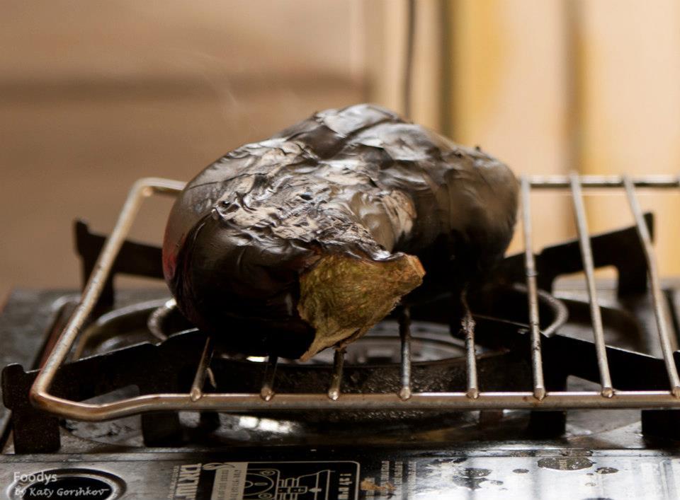 Обжаривам баклажаны на открытом огне или на мангале