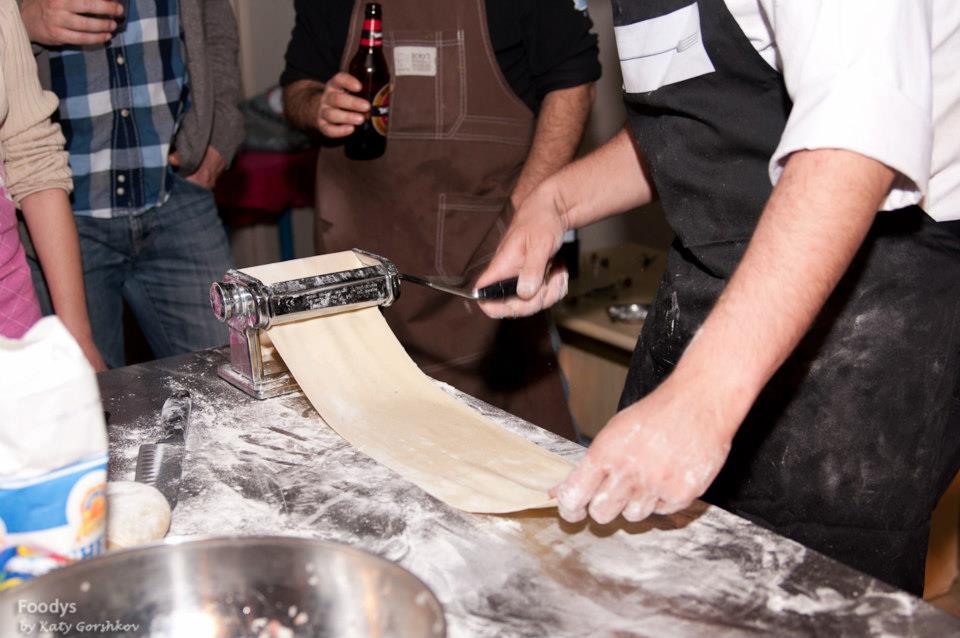 Раскатываем тесто, я все таки люблю пользоваться машинкой для пасты