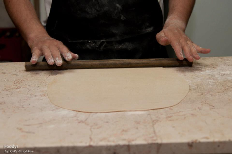Тонко раскатываем тесто - лучшая скалка в мире это просто кусок палки от швабры, конечно же тщательно вымытый