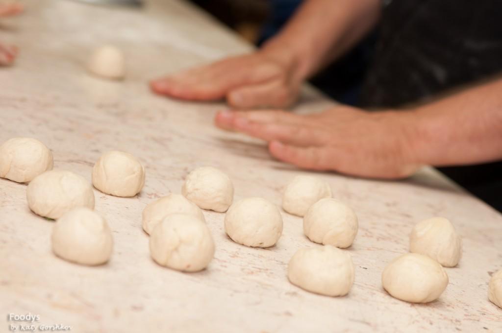 Готовое тесто разделяем на шарики по 35 г. - по моему идеальный размер