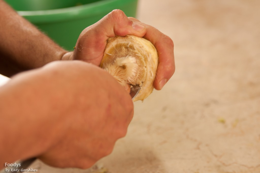 Вычищаем сердцевину с белыми волосками простой ложкой